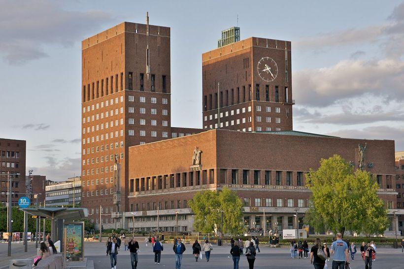 1200px-Oslo_rådhus_(by_alexao)